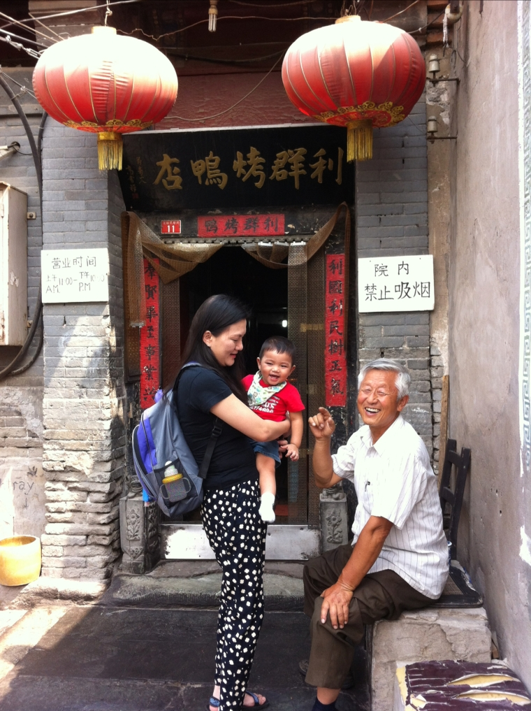 Lina and Keizan having a chit chat with the owner, Zhang Li Qun.
